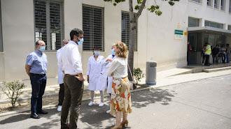 El alcalde visita el albergue juvenil.