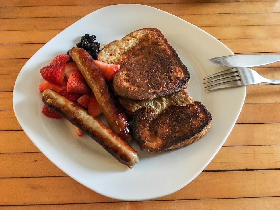 śniadanie, kanadyjska kuchnia, truskawki, kiełbaski