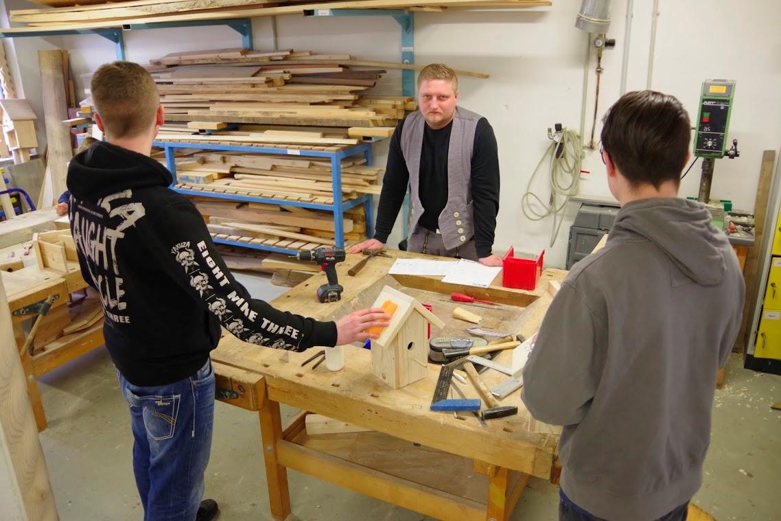 Ausbilder Tony Riller baute Nistkästen mit den Schülern. Foto: Andreas Schwarze/BlickPunkt
