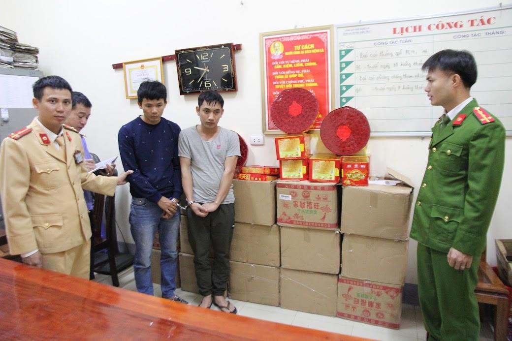 Trạm CSGT Diễn Châu bắt quả tang 2 đối tượng (X) mua bán, vận chuyển trái phép hơn 2,5 tạ pháo các loại