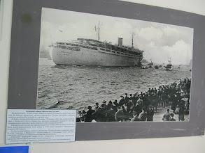 """Photo: Немецкий лайнер """"Вильгельм Густлов"""" был задуман как круизный лайнер для прогулок вдоль Норвежских фьордов, по Средиземному морю и к берегам Африки. Это был непотопляемый 10-палубный океанский лайнер, водоизмещением 25484 тонны, построенный по последнему слову техники. Два театра, церковь, танцплощадки, бассейны, гимнастический зал, рестораны, зимний сад и личные апартаменты Гитлера. Длина - 208 метров, запас топлива — до Иокогамы: полсвета без заправки. С приходом войны судно переоборудовали сначала под плавучий госпиталь, а позже – под школу подводников. 30 января 1945 года лайнер был атакован в водах Балтики советской подводной лодкой С-13, под командованием Александра Ивановича Маринеско. По оценкам на борту лайнера в тот момент должно было находиться 10 582 человека: 918 курсантов-подводников, 173 члена экипажа судна, 373 женщины из состава морского корпуса, 162 тяжелораненых солдат, и 8956 беженцев. После гибели лайнера Германия погрузилась в траур, а капитана Маринеско Гитлер назвал своим личным врагом."""