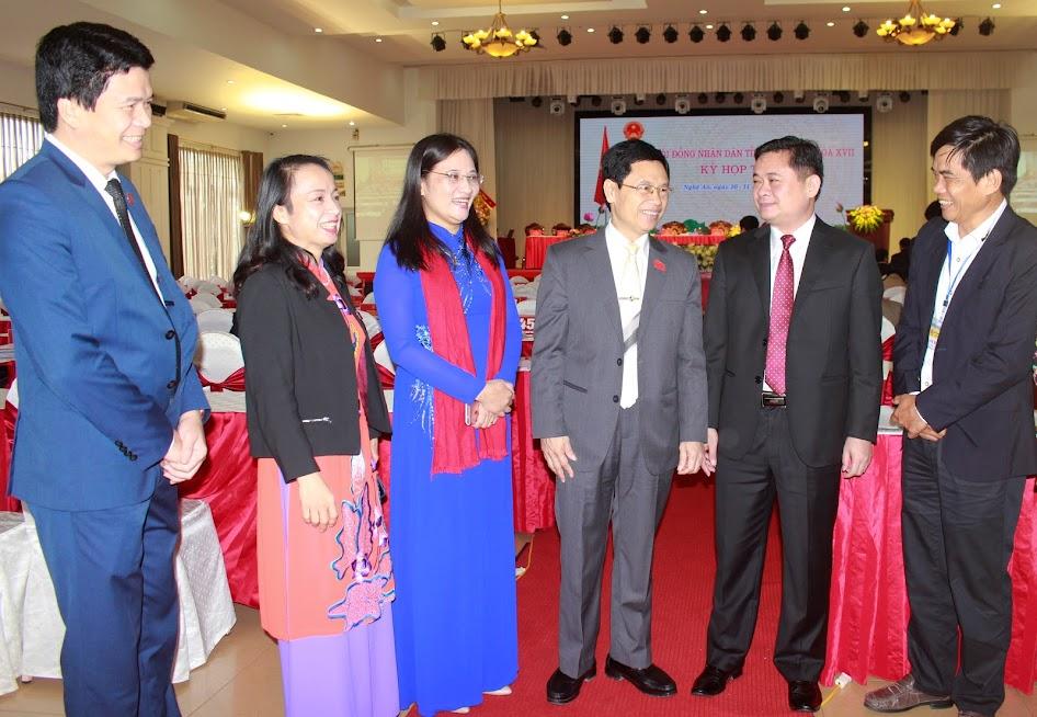 Các đại biểu trao đổi về những vấn đề cử tri quan tâm tại kỳ họp thứ 8 HĐND tỉnh khóa XVII