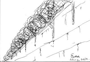Photo: 牆2010.11.02鋼筆 抑首即見的青空是遼闊而自由的,監獄這近兩層樓高的圍牆,上頭佈滿一圈圈的刺絲網、高壓電和拉力感應線,無情地剝奪了收容人對自由的渴望,牆面上那一道道的雨漬,彷彿像是收容人嚮往自由與思念家人所流下的淚痕…