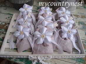 Photo: Sacchettini con lavanda, iniziale stitchery e fiore raso con confetti