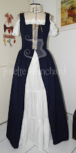 Photo: Vestido estilo medieval em algodão cor cru, com babados e sobrecapa com corpete em crepe madame azul marinho.  A partir de R$ 320,00   Site: http://www.josetteblanchardcorsets.com/ Facebook: https://www.facebook.com/JosetteBlanchardCorsets/ Email: josetteblanchardcorsets@gmail.com josetteblanchardcorsets@hotmail.com