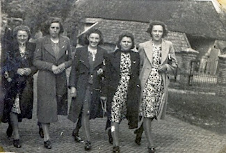Photo: Zomerfeest 1940 v.l.n.r. Rikie Oosting, Geertje Hilbrands, Ida Jansen, Marie Klinkhamer en Jantje Paas
