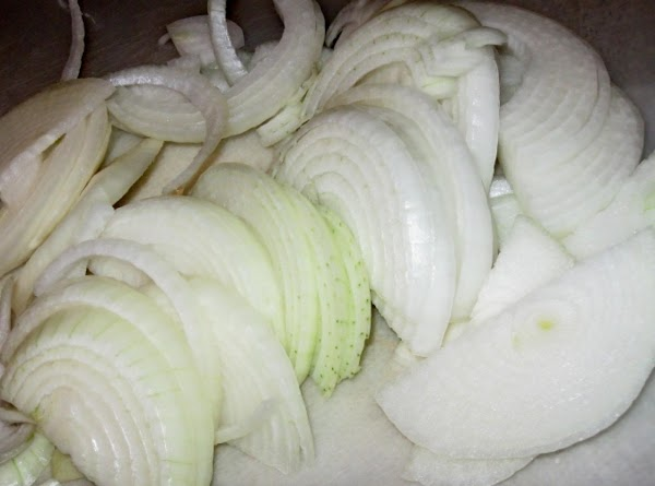 Cut onions in medium thick slices.