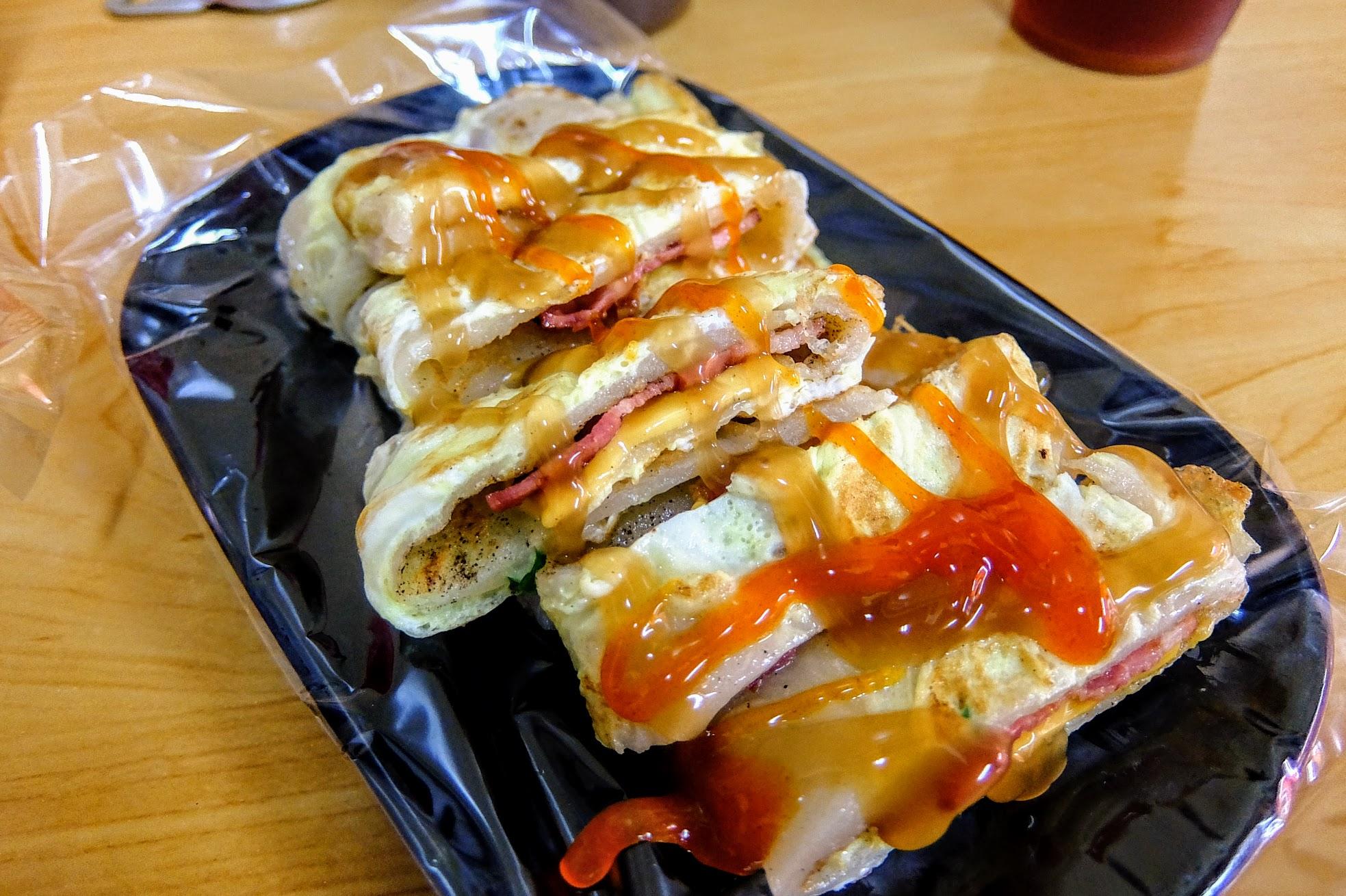 培根起司蛋餅,外皮的蛋帶著酥脆,還有胡椒在上頭喔...