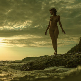 beauty of the sunset by Dmitry Laudin - Nudes & Boudoir Artistic Nude ( body, nude, figure, girl, sunset, sea, beauty, light )