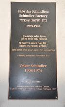 Photo: Pamětní deska na Továrně Oskara Schindlera v Krakově.