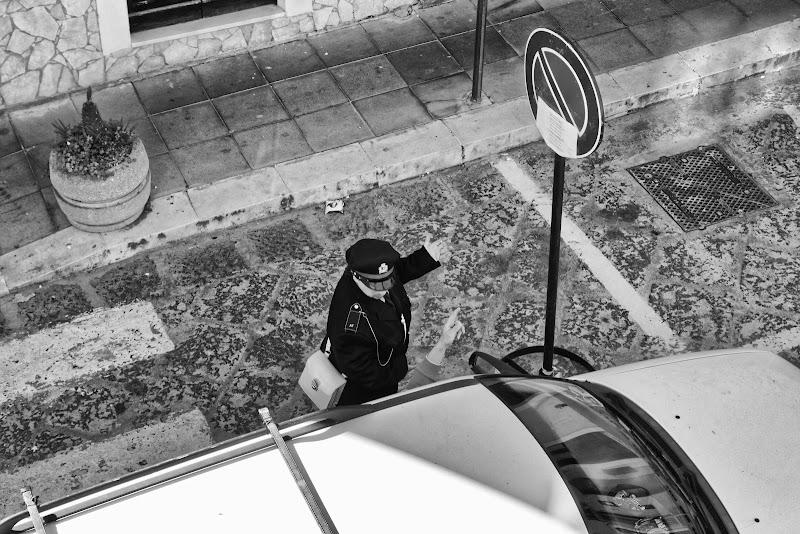 Sono le 11.00...li c'è scritto divieto di parcheggio fino alle 10.00...legga bene! di Yasis