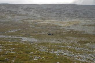 Kuva: Nimismiehen maja vähän ylempää jokivarresta katsottuna