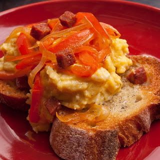 Spanishy Scrambled Eggs with Bell Peppers and Garlic Toast