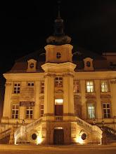 """Photo: Rzucamy również okiem na Stary Ratusz. Przypomina barokowy pałac i jest uznawany za najciekawszą na Dolnym Śląsku realizację tego typu architektury. Wybudowano go w latach 1737-1741 wg projektu miejscowego budowniczego Franza Michaela Scheerhofera Młodszego. Stary Ratusz jest obecnie integralnie połączony z przylegającym doń od północnej strony budynkiem teatru. Jego wnętrza zajmuje administracja Teatru Modrzejewskiej i garderoby aktorów.  Przyziemie budynku zawsze było i jest do dzisiaj wykorzystywane zgodnie z pierwotnie nadaną mu funkcją. Kiedyś mieściła się tam winiarnia, przed wojną - restauracja """"Ratskeller"""" (""""Piwnica Ratuszowa""""), w czasach powojennych kawiarnia (najpierw """"Ratuszowa"""", od 1993 roku - """"Maska"""")."""