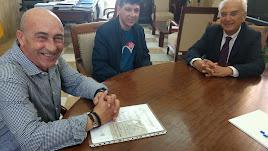 Encuentro entre Álvaro Carrión y su padre, José Antonio, con Manuel de la Fuente.