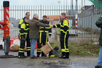 Photo: Wim schudt de groepschef/bevelvoerder Ed de hand. ⓒ Piet van Gemerden