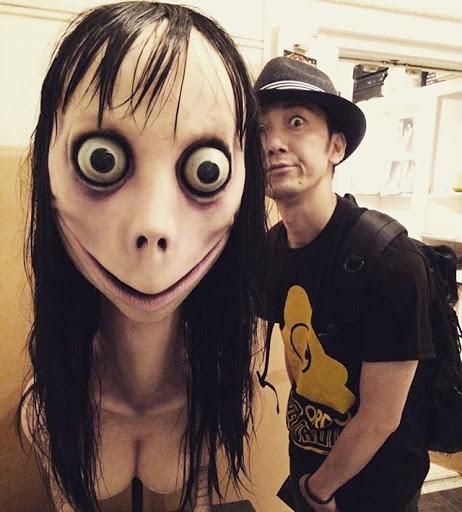 Hombre posando con la escultura de Momo en Ghost Gallery III