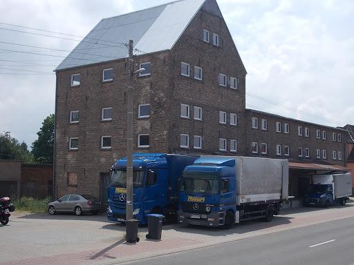 2009 vom Möbelhandel erworben und seit dem skkzessive saniert und als Auslieferungslager genutzt: der ehemalige Raifeisenspeicher in Tantow
