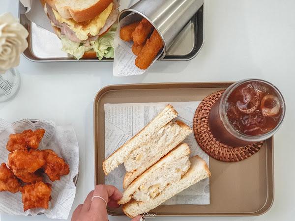 台中西區 耍廢三明治-全白色系的用餐空間,網美系早午餐