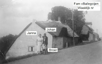 Photo: Familie van Ballegoijen bij de woning aan de Waaldijk. Janna, Johan en Broer