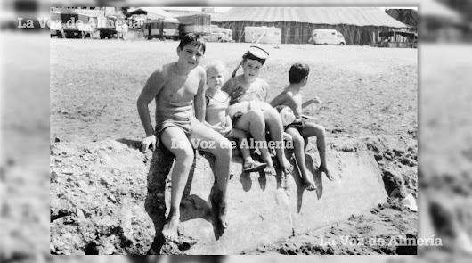 Juan Manuel Martínez Miralles, 'Juanico el del Puga', tomando el sol en la playa de las Almadrabillas. Al fondo se aprecia la lona del circo.