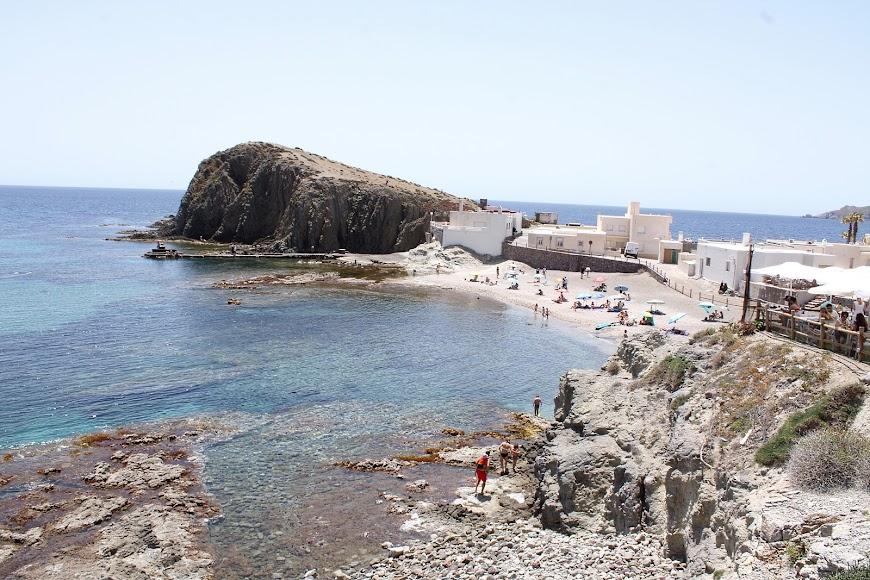 Nucleo de Los Escullos y playa.