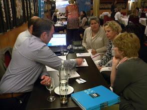 Photo: Team B_Op gesprek bij Trends ICT