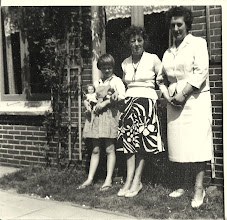 Photo: RechtsTante Cor geb.1909  ovl. 1968:  de foto is van 1958. Zij kwam op bezoek in Heiloo bij Anna blok in het midden Anna, zij was ook een Egmondse ''ze waren schoolvriendinnen met elkaar geweest. Naast haar dochtertje Ina.  Deze twee vrouwen hebben altijd veel plezier met elkaar gehad ''de zelfde humor'' als ze samen waren werd er heel wat afgelachen. Tante Cor was een zus  van mijn oma en zus van tante Clazien. Ook zij is op jonge leeftijd in Den Haag gaan wonen. Met de handschoen trouwde ze met Piet Smit, hij verbleef toen in Indonesie.  Ze liggen alle twee op het Egmonds kerkhof begraven.
