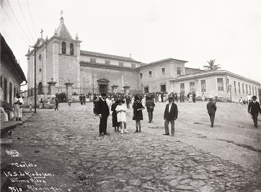 Square in front of São Sebastião Church on the day the church had its last mas