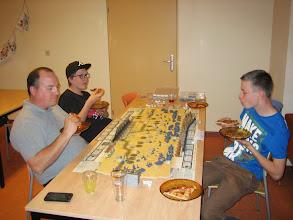 Photo: Ook soldaten moeten eten........