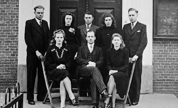 Photo: Hennie Witting, dominee H. de Nie, Annigje Dekker v.l.n.r. Staand: ?? , Dinie Bruins Gd., Harm Vedder Rzn., Harmpje Rozenveld Wd. en Popko Bloem