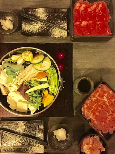 好吃,值得特地去吃。環境乾淨,食材新鮮,服務很棒,肉菜吃飽飽之外,麻油菇菇飯必點。
