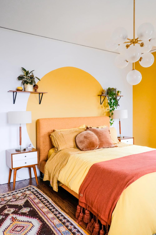 Phòng ngủ nội thất màu vàng và cây xanh trang trí cho người mệnh Kim