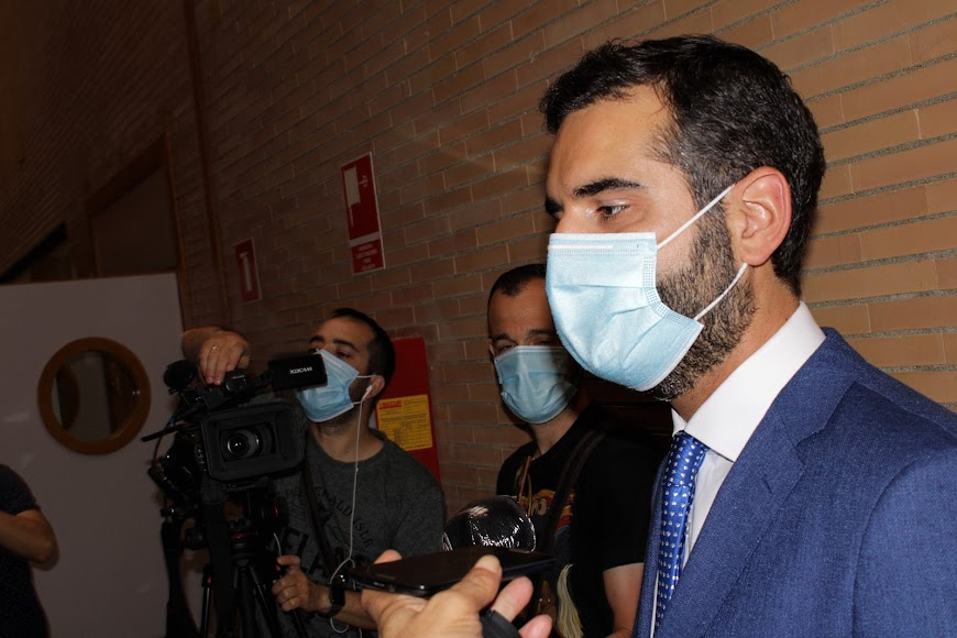 El alcalde, Ramón Fernández-Pacheco, atendiendo a los medios de comunicación.
