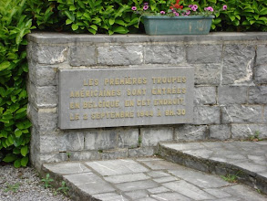 Photo: gedenkplaat aan het monument