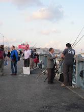 Photo: Et toujours des pêcheurs sur le galata de jour comme de nuit. C'est que ça rapporte le poisson!