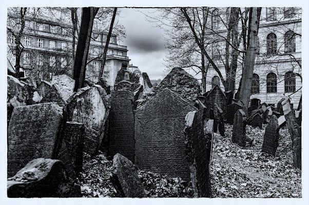 in pieno centro( cimitero Ebraico a Praga) di Zerosedici