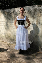 Photo: Chemise, bloomers, corset, bustle e anágua.