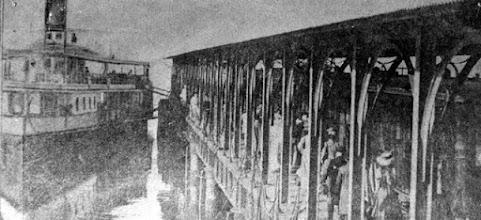 Photo: Estação de Guia de Pacobaíba, em Magé. À direita, a barca que trazia os passageiros do Rio de Janeiro até esta estação, de onde pegava-se o trem para subir a serra de Petrópolis. Foto de 1895