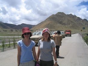 Photo: Backpacker girls on their jeep journey from Kathmandu to Lhasa