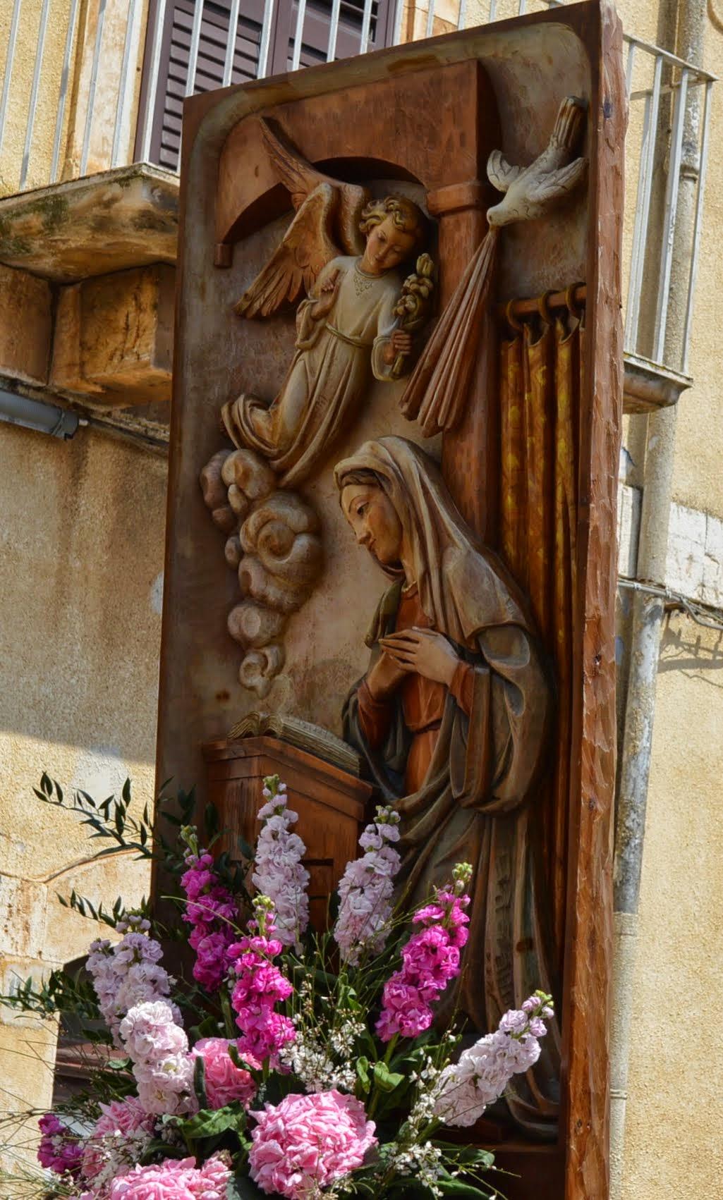 """Photo: Una bella giornata con un sole primaverile si è offerta ai turesi e nuovi residenti che hanno partecipato numerosi al rito del Passa a Passa; verso le 11, la Confraternita dell'Addolorata, preceduta """"do tammurre de Mole"""" partendo da S. Domenico, ha raggiunto la cappellina di San Rocco, dove si è conclusa la messa celebrata dall'Arc. don Giovanni Amodio; con ali di folla hanno sfilato i portatori del cippo ligneo della Madonna dell'Annunziata, seguito dai fedeli ma soprattutto da padrini e madrine per mano un bimbo con una o più fasce colorate a tracolla, segno della durata del legame e del ripetersi del rito; insieme, cantando per invocare la protezione della Madonna; in processione si sono compiuti i tradizionali tre giri intorno alla chiesetta di S Rocco. http://www.turionline.it/2015/04/passa-passe-2015/"""