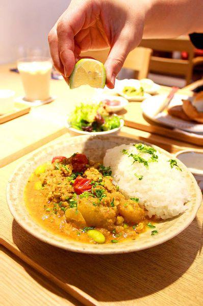 小器食堂透過器皿,提供理想日式家庭料理定食,田園咖哩飯定食期間限定。台北赤峰街。