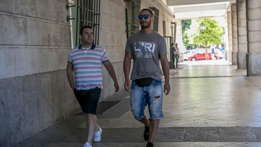 Dos miembros de la manada llegando al juzgado de Sevilla.