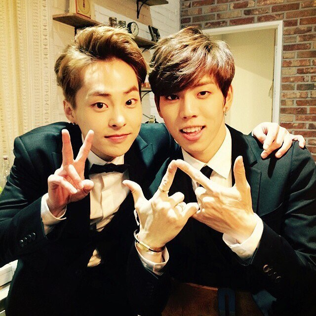 EXO's Xiumin and INFINITE's Dongwoo share new selca