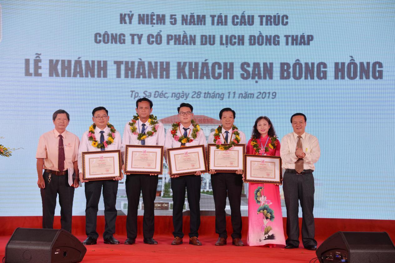 2. Ông Lê Thanh Thuấn -Tổng Giám đốc Tập đoàn Sao Mai tặng giấy khen cho cá nhân đã có những nỗ lực trong việc lãnh đạo Công ty CPDL Đồng Tháp ở giai đoạn 5 năm tái cấu trúc Công ty