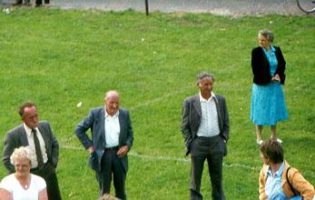 Photo: spelletjes kijken: Harm Zandvoort, Jan Bakker en Jacob Mennega