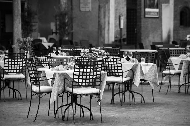 Tavoli in piazza... di Licia Piazza