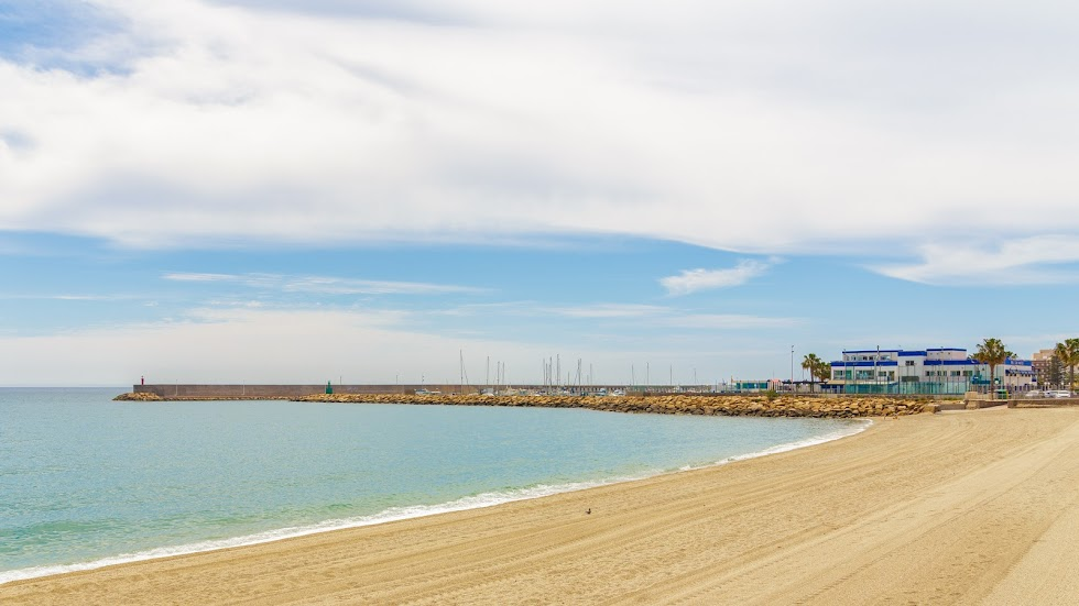 Roquetas de Mar, playa y Real Club Náutico del Puerto.