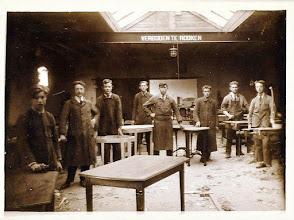 Photo: 1938 Groepsportret personeel meubelfabriek Hoogma in de Heilaarstraat