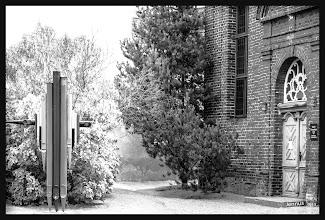 Photo: Die Kirche in der Reuterstadt Stavenhagen wurde im Jahre 1782 geweiht. Die einstmals wertvollen, zinnernen Orgelpfeifen wurden im 1. großen Krieg zu todbringender Munition eingeschmolzen. Die Installation aus dem Jahre 2013 ist somit auch ein stummes Mahnmal.